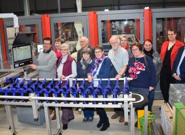 Vorstand des Parkinson Forum Steinfurt e.V. vor der neuen Fertigungsmaschiene der Ossenberg GmbH